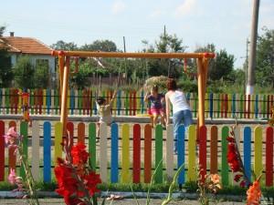 Детска площадка сред гладиоли  в благово